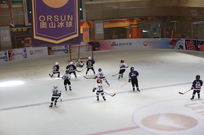 冰球小将在比赛中