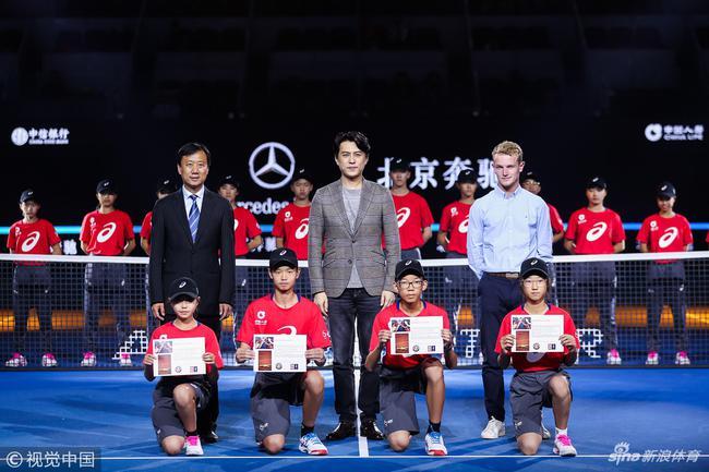 新华社:中网球童侧记 网球场上你永远无法忽视的人