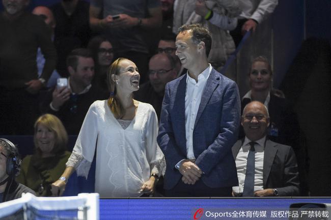图|辛吉斯携丈夫观战ATP巴塞尔赛 宽松衣服孕味足