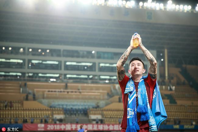 姜至鹏含泪绕场一周致谢广州球迷 带伤上场战富力