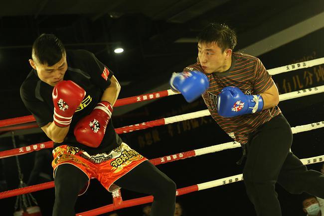 刘明东(右)与比自己高14厘米的对手PK