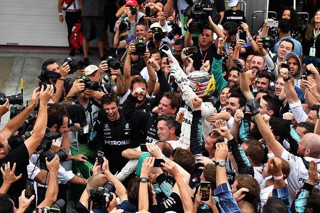 汉密尔顿与车队祝贺胜利
