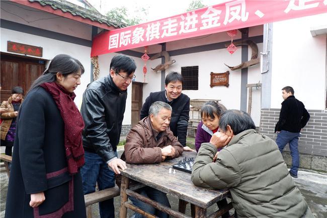 叶江川指导村民下国象