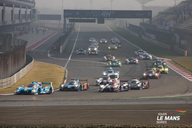 从杆位出发的皮波•德拉尼驾驶Spirit车队8号赛车率先冲过终点线