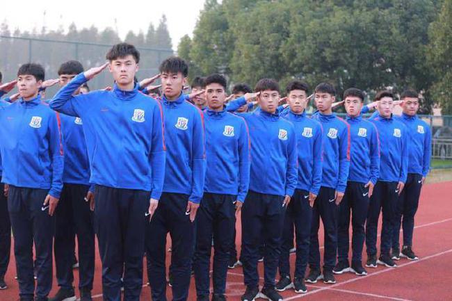 申花U19队军训集体观看新闻联播 不到10点就熄灯