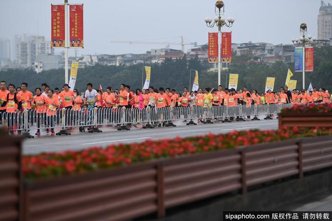 几天前举行的南宁马拉松赛上,又出现了颇具争议的一幕。