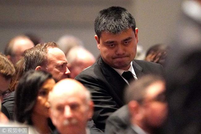 姚明出席追悼仪式,为老布什送走。