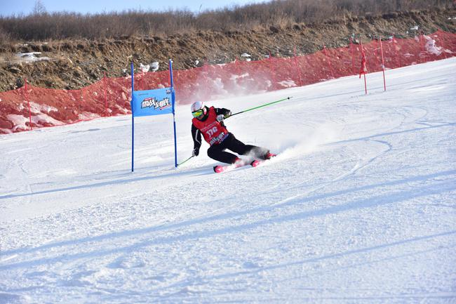 正在比赛中的选手(图片来源:翠云山银河滑雪场)
