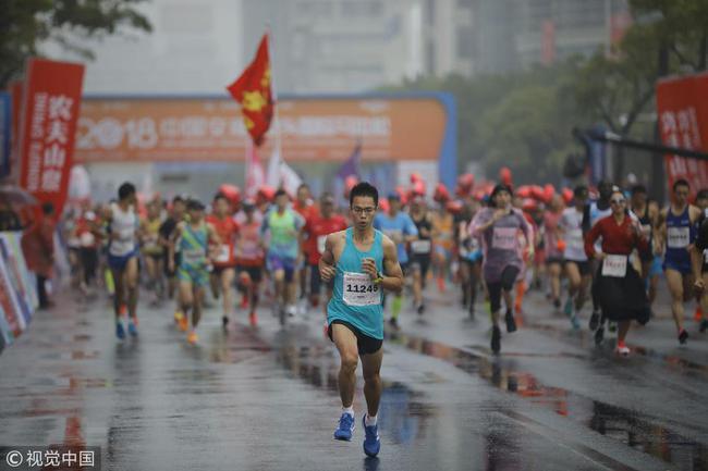 中国选手张振龙以2幼时25分54秒的收获获得全马外子冠军。
