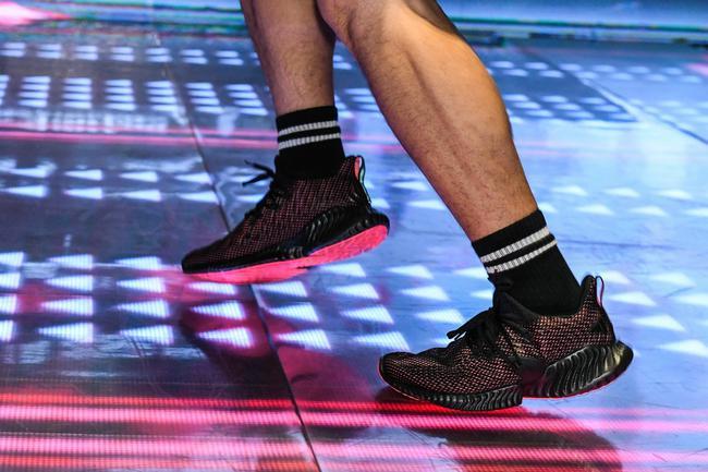 阿迪达斯AlphaBOUNCE INSTINCT跑鞋