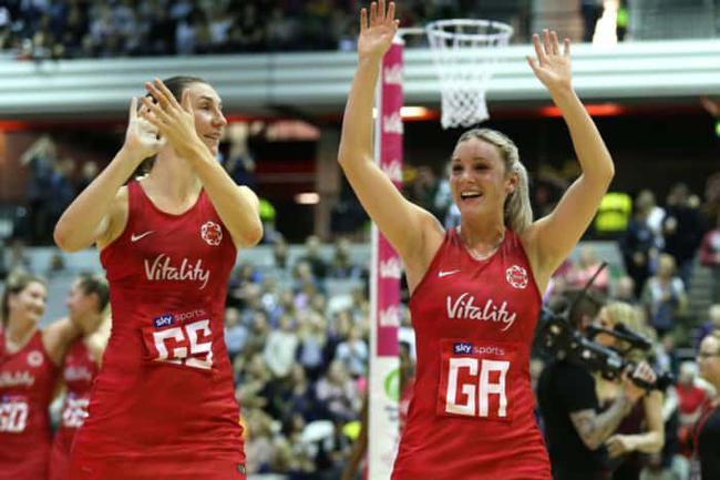 英格兰的蕾切尔-邓恩(左)和娜塔莉-海索恩斯维特庆祝