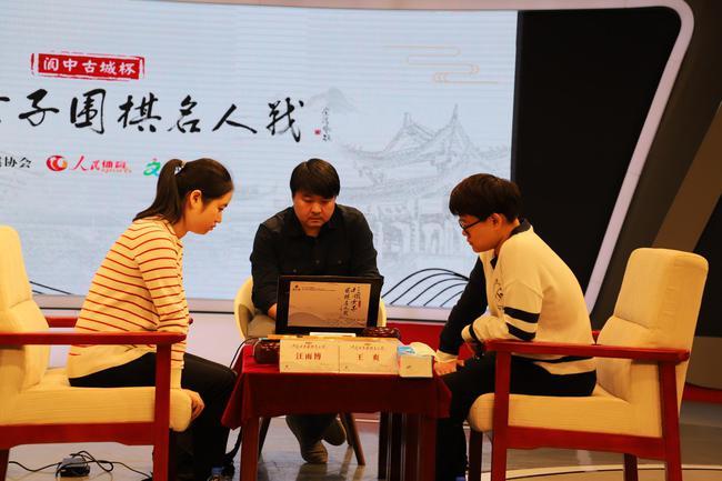 王爽(右)一路连胜於之莹等人晋级名人战决赛。图/人民网 管若寒