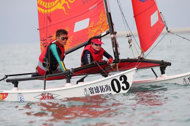香港帆船协会主席唐成(左)