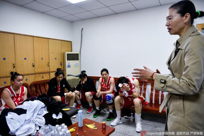 八一女篮赛后在更衣室非常沮丧