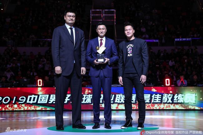 祝贺!姚明亲自为杜锋颁发年度最佳教练奖杯