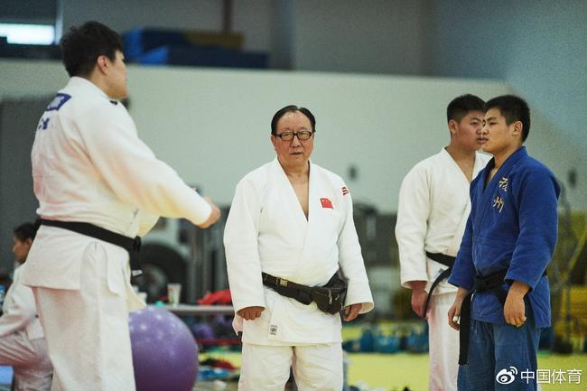 刘永福(中)教练指导队员(中国体育 鹿麟/摄)