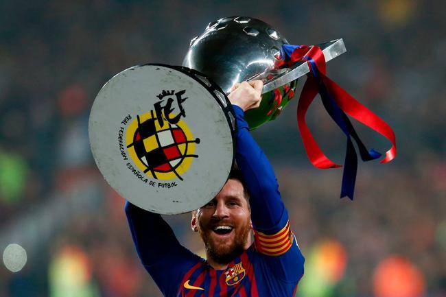 梅西高举西甲奖杯