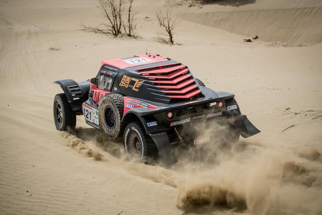 硬虎赛车慑服塔克拉玛干沙漠
