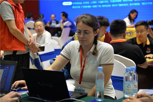 法国女棋手添米耶·勒维克在比赛中