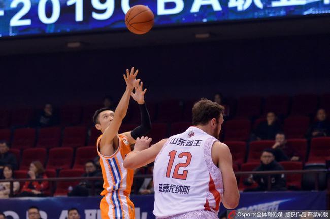 刘炜本赛季对阵山东的比赛中生涯得分突破10000分大关