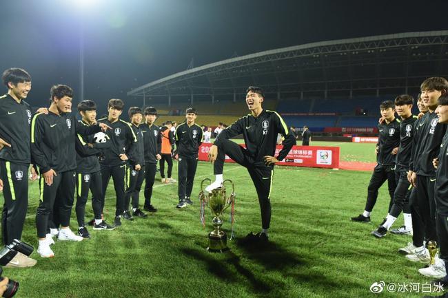 韩国球员脚踩奖杯