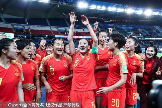 吴海燕带领球员向观众致意