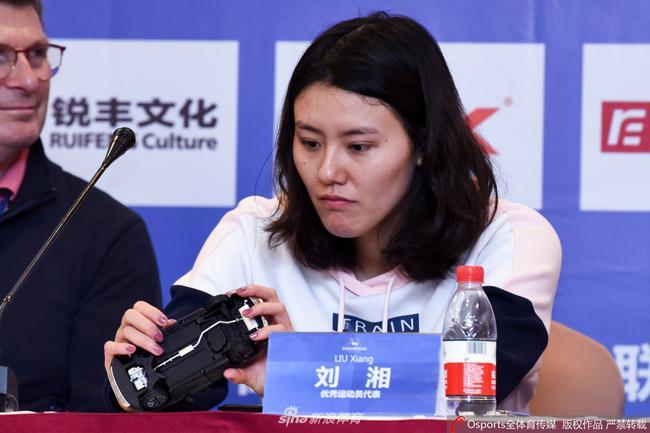 刘湘:需要多给自己鼓励 带维尼熊公仔为自己打气