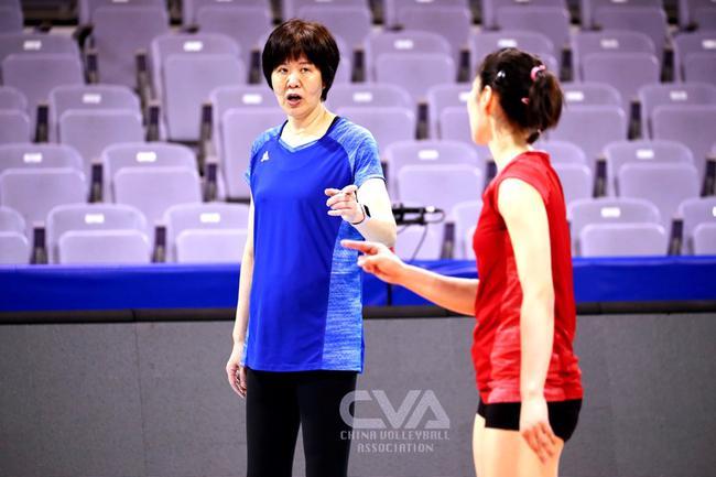 奥运资格赛中国女排开门红 赢球了郎平却笑不出来