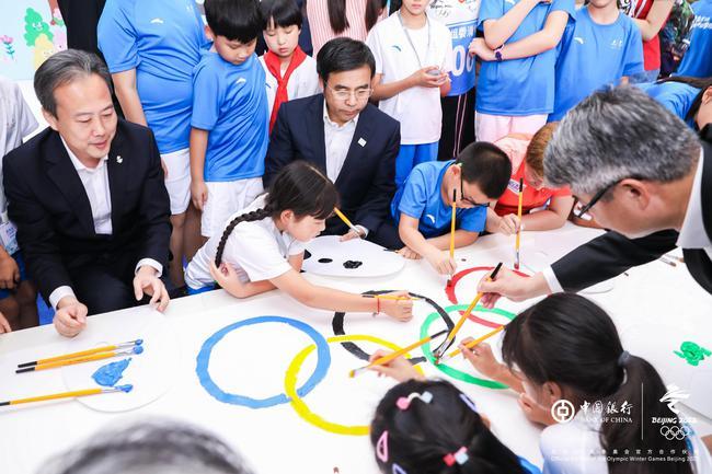 参会嘉宾与孩子共绘hg0088现金环