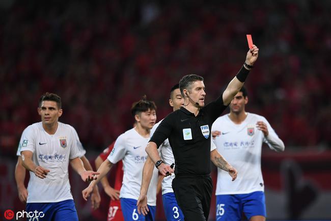 鲁能猛将被直红罚下 李霄鹏率教练组进场质问主裁