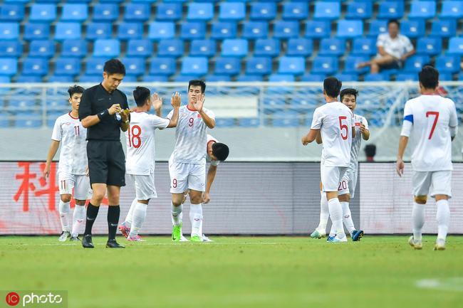 热身赛-左路2次被打穿刘若钒伤退 国奥0-2负越南