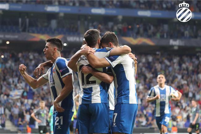 西班牙人球员祝贺进球