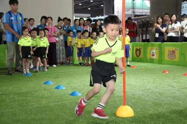 """娃娃足球就要这样搞 广东体博会迎来""""幼儿足球童趣汇"""""""