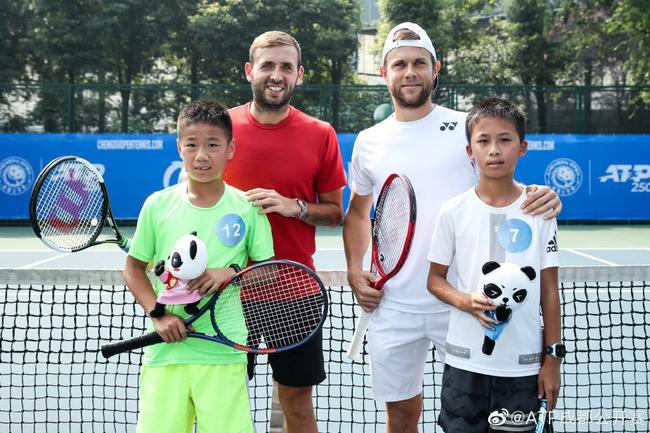阿尔伯特和埃文斯参加亲子网球训练营