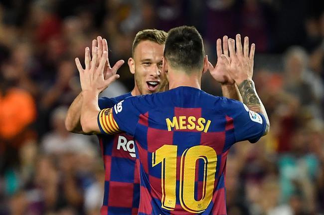 阿图尔与梅西祝贺进球