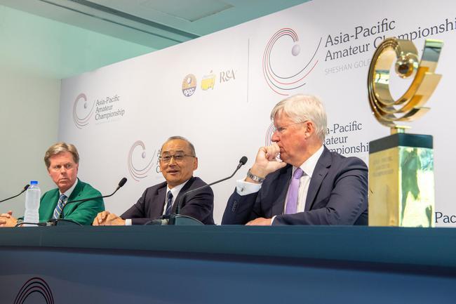 (左首)奥古斯塔主席里德利、亚太高尔夫联盟主席津敬介、R&A主席斯朗伯斯