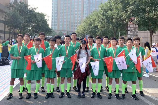 国安U15梯队参与国庆游行 为了这一刻付出都值了