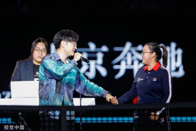 王铮亮携手10年老球童唱响钻石球场