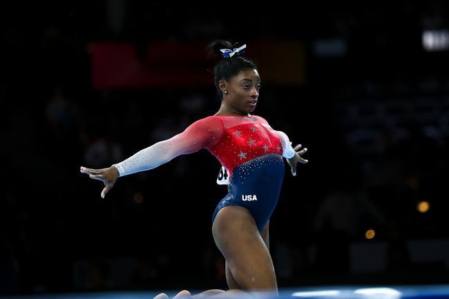 美国选手拜尔斯在自由体操比赛中