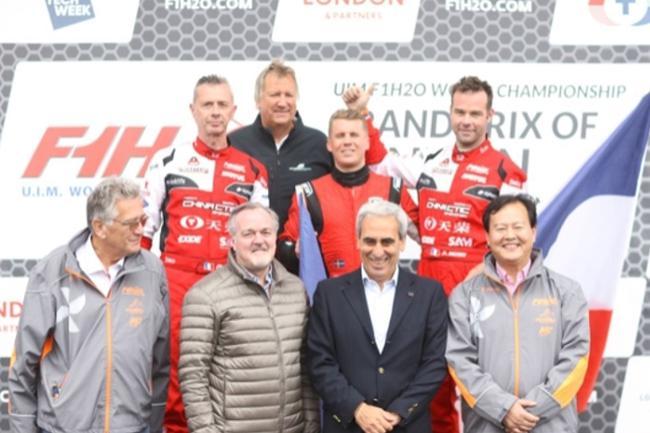 在天榮體育首次成功運營的海外賽站——F1摩托艇世錦賽倫敦大獎賽上,丘裏(前排右二)與國際摩聯F1委員會委員李浩傑(前排右一)爲登上領獎臺的選手頒獎