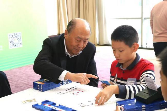 刘晓江与青少年桥牌爱好者互动