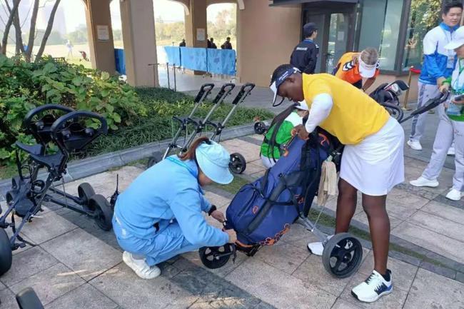 驿山工作人员帮助球员绑牢球包