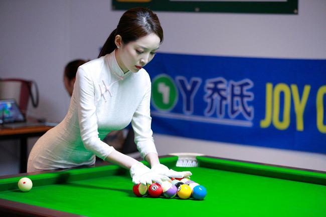 刘能打台球被判犯规 美女裁判红手套让他想起大脚