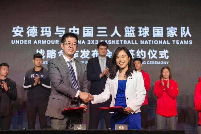 UNDER ARMOUR安德玛与中国三人篮球国家队达成战略合作(右一安德玛中国区董事总经理梅宇清、左一中国篮球协会三人篮球部部长柴文胜)