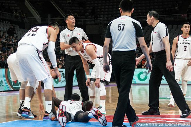 史蒂芬森倒地受伤