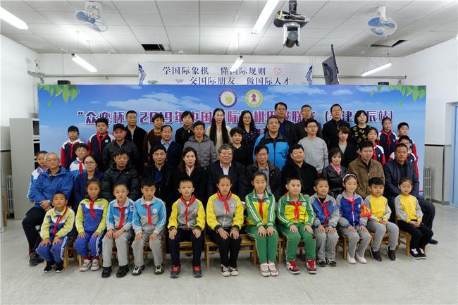 国象甲级联赛天津站进校园 青光小学迎来国象大师