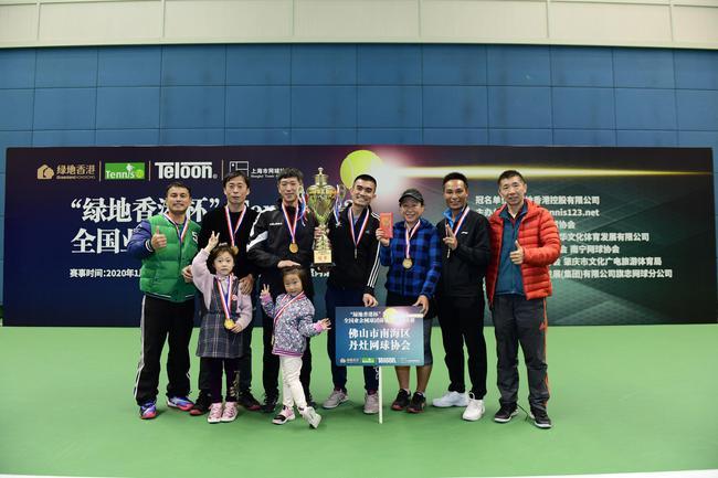Tennis123创始人汪俊给冠军队颁奖并合影