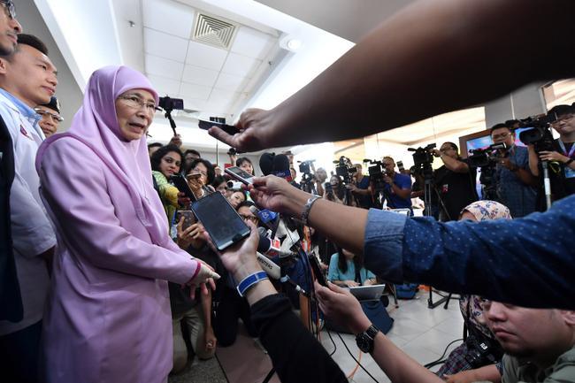 大马副首相拿督斯里旺阿兹莎(左)在探望桃田贤斗后,接受媒体访问,并透露桃田最新的情况。