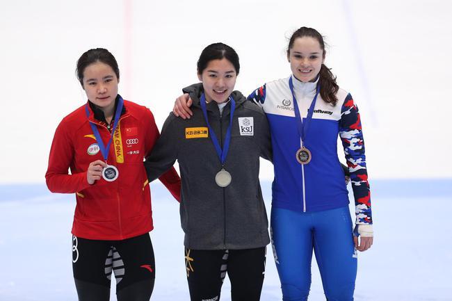 女子1000米韩雨桐获得银牌