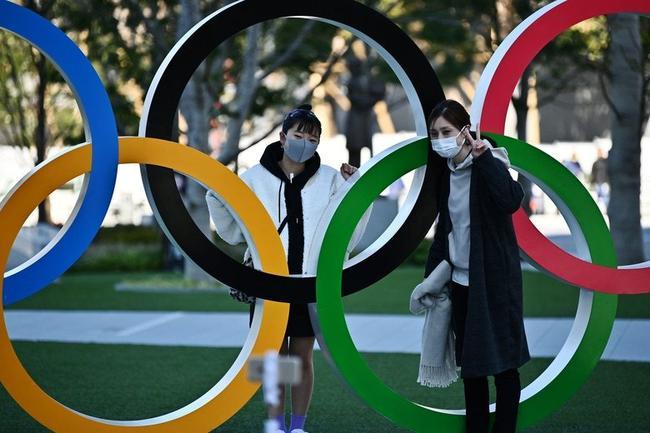 日本民众在奥运五环前合影